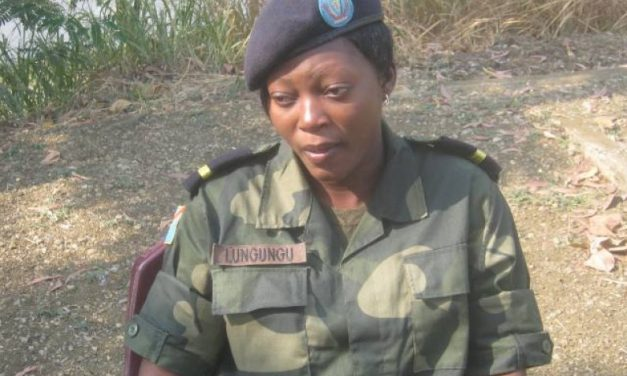 Bas-Congo : femme et officier militaire