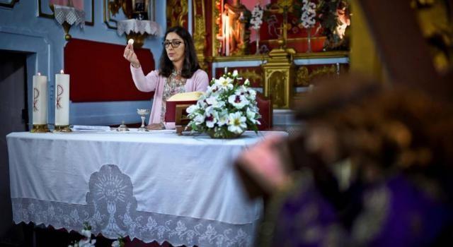 la pénurie de curés catholiques pousse plusieurs femmes à célébrer la messe … au Portugal