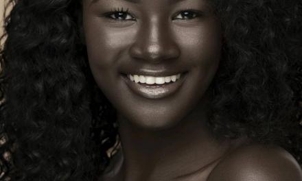 Khoudia Diop une déesse de la mélanine dont la peau noire éblouit