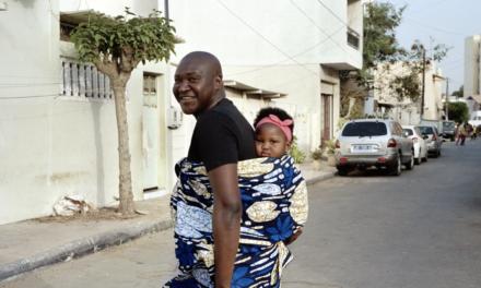 Et si des pères portaient leur enfant dans le dos ?